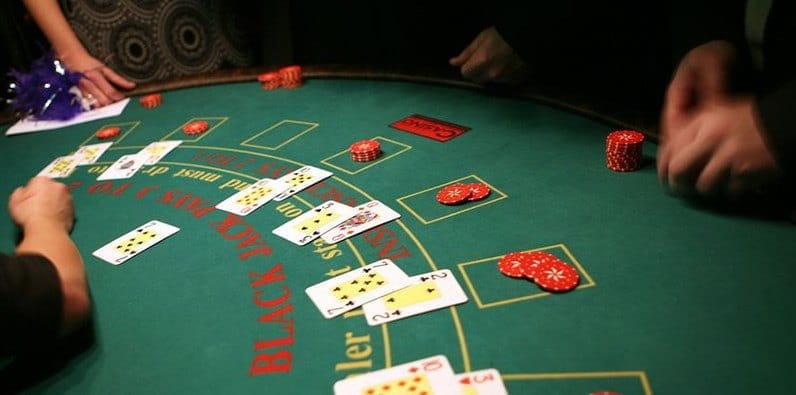 Mesa de blackjack en un casino con fichas y cartas de juego