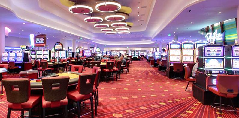 Kamar dengan permainan meja di Rhytm City Casino Resort