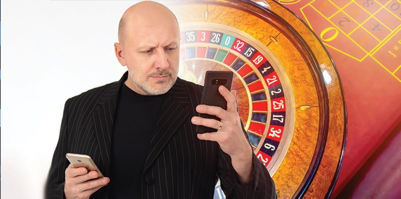Hombre jugando poker online