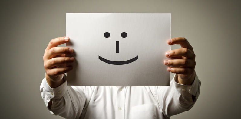 Sonrisa dibujada sobre un folio