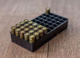 Setengah kotak penuh amunisi hidup