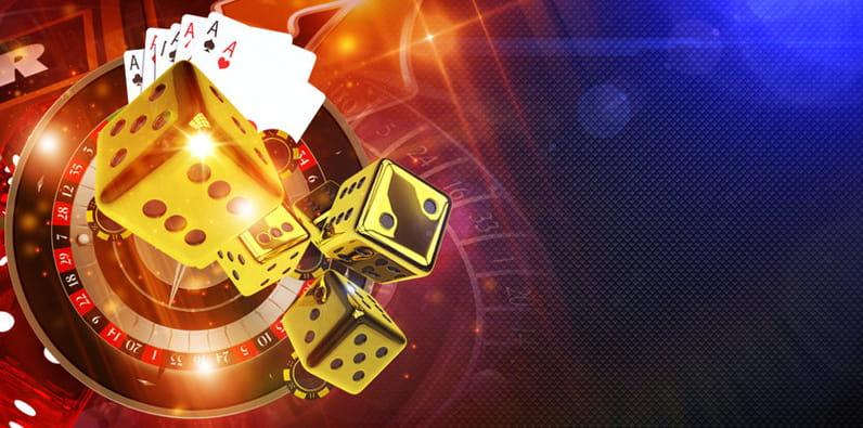 Roda roulette, keripik, dan kartu remi di meja kasino