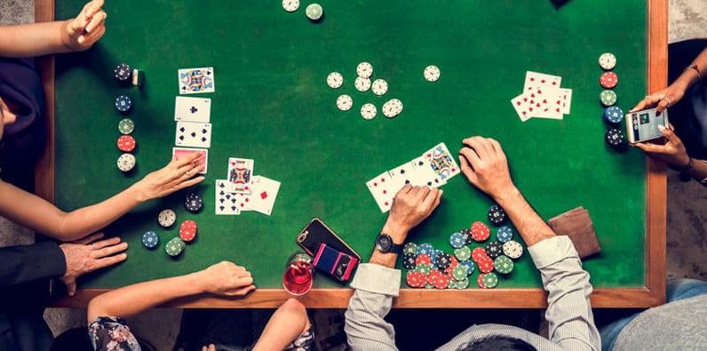 Keripik kasino dan kartu remi di atas meja