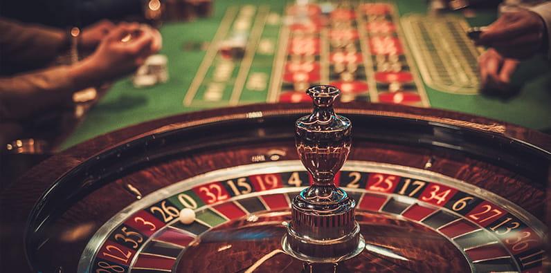 Meja dan roda roulette kasino